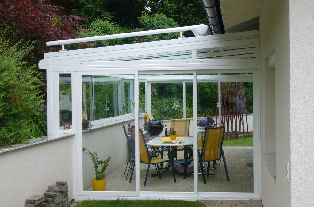 Terrassenüberdachung mit Sonnenschutz und geschlossenen Windschutzelementen